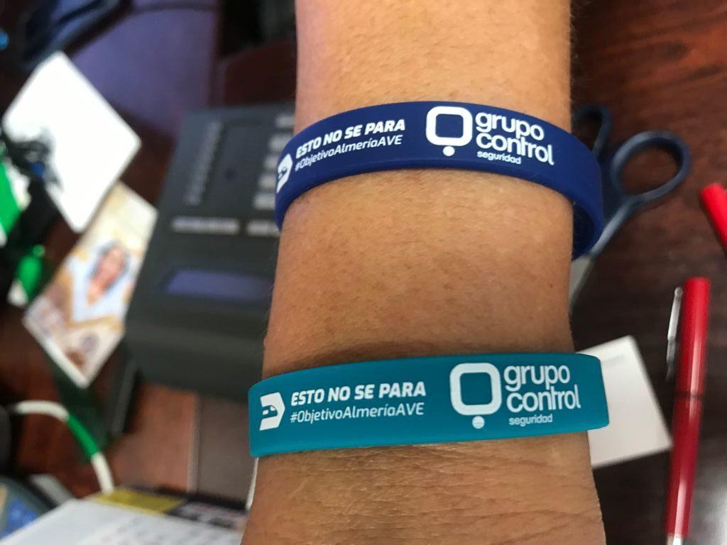 Pulseras en apoyo al acto del AVE en Almería